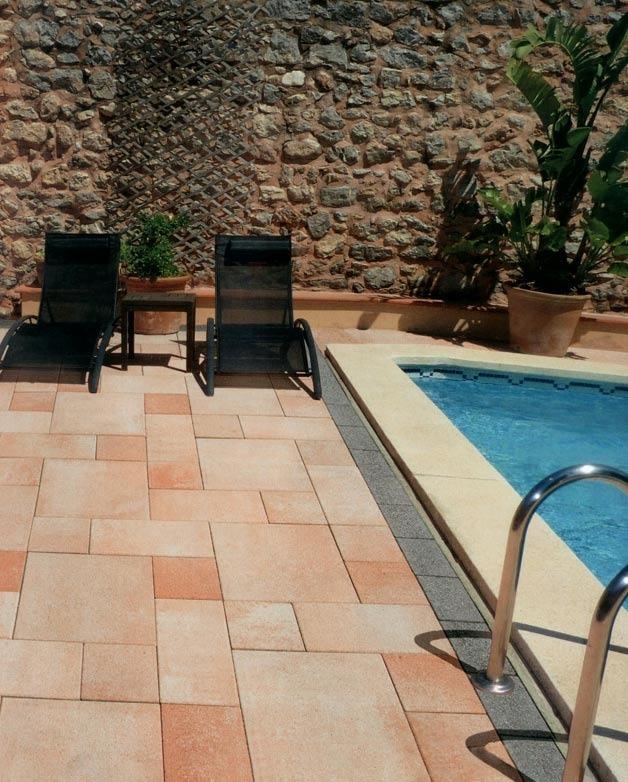 Rodinný dom - zámková dlažba okolo bazéna